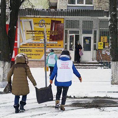 Не чекаючи комунальників містяни самі борються з нерозчищеними вулицями